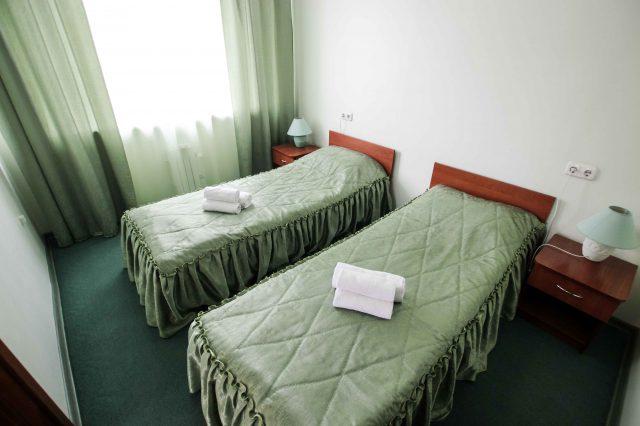 Двухкомнатный номер с двумя отдельными кроватями и дополнительной кроватью